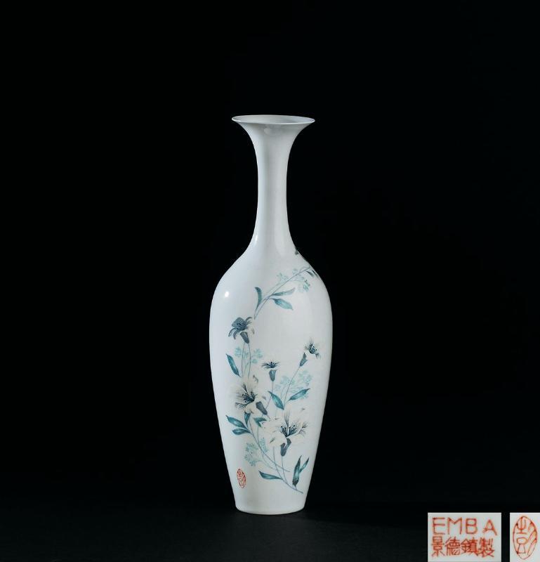 薄胎粉彩花卉纹柳叶瓶 估价jpy 3万-5万 落槌 jpy 3万 lot  2516 民国图片
