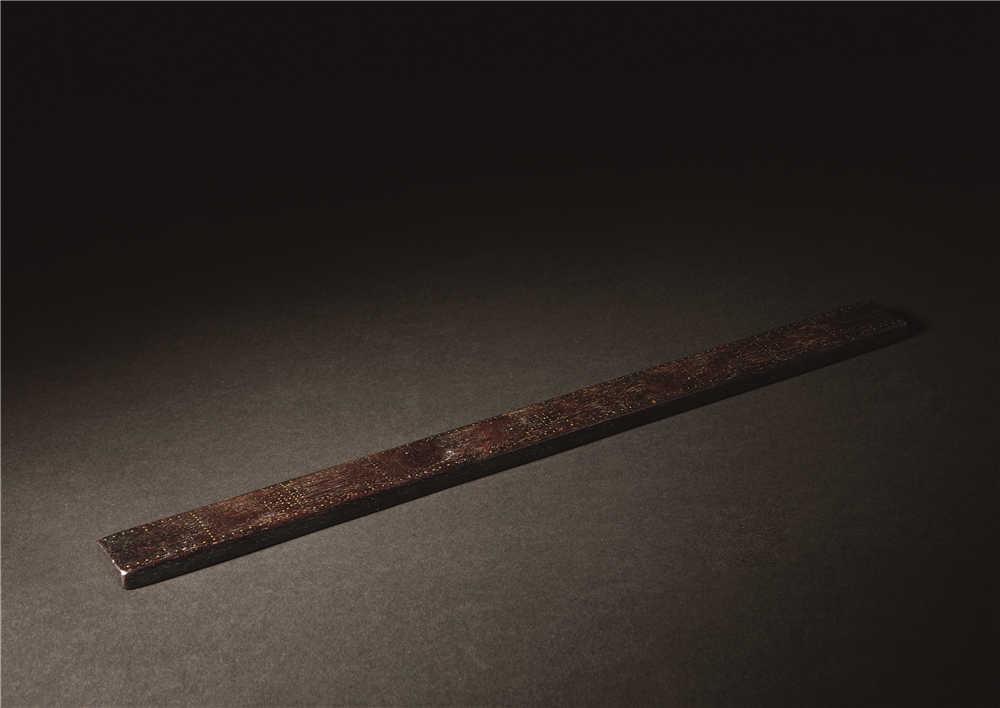 此尺为上乘小叶紫檀精制而成,通体乌黑,标有刻度,颇具雅趣.
